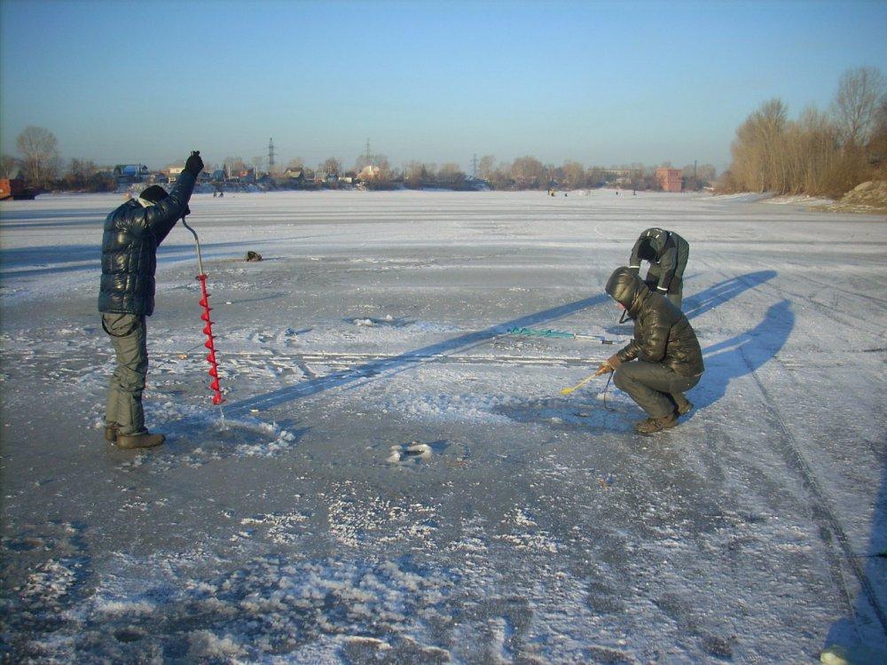 через минуту рыбаки