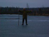 4 мая батя со льда подбирает битого крякаша, оз. Ишколь