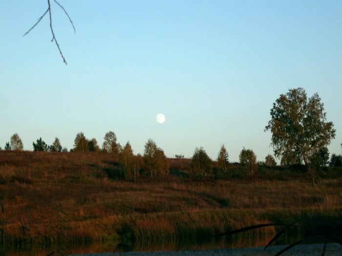 Солнце ещё не село, а луна уже взошла.