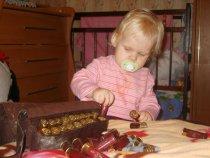 Дочка помогает собираться на охоту.