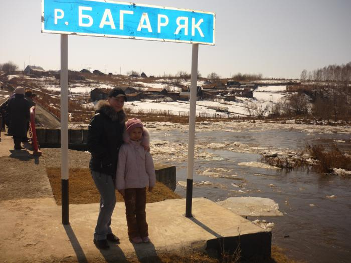 Жена с дочей на фоне реки.