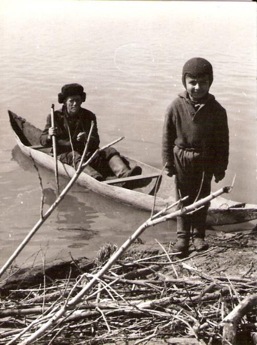 Обласок - хороший  транспорт  на  воде...,  правда,  пока  научишься  на  нем  нормально  ходить - можно немного  искупаться...