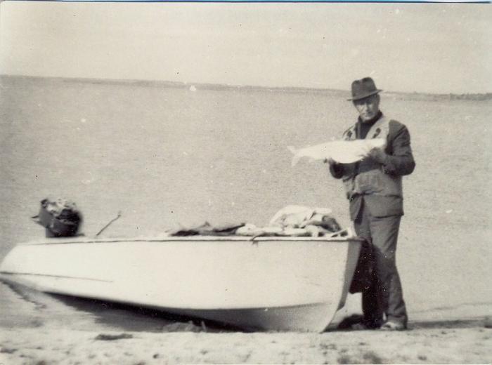 Рыбакалка в шляпе.