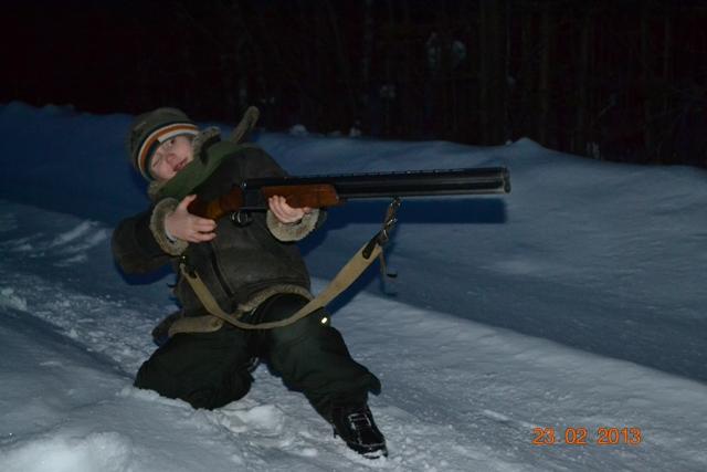 Маленький охотник, пока учится держать ружье