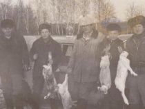 Отец (крайний справа) и его компания.