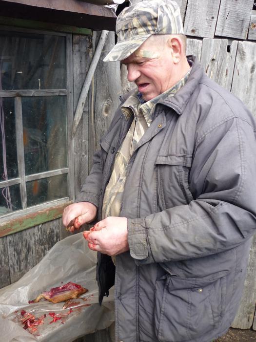 Дядька на зимовье, за работой на шулюмку.....)