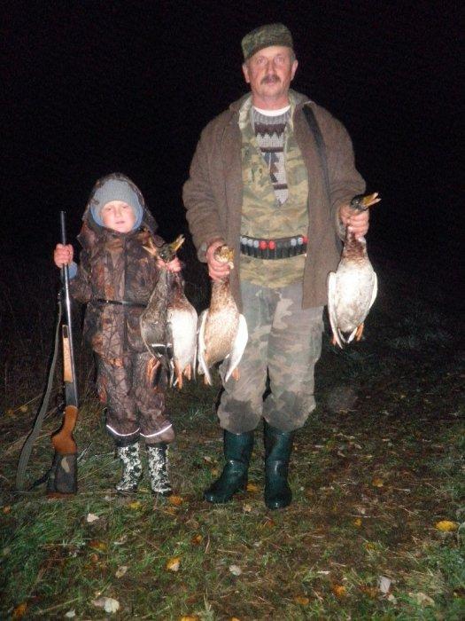 Дедушка с внуком после охоты.
