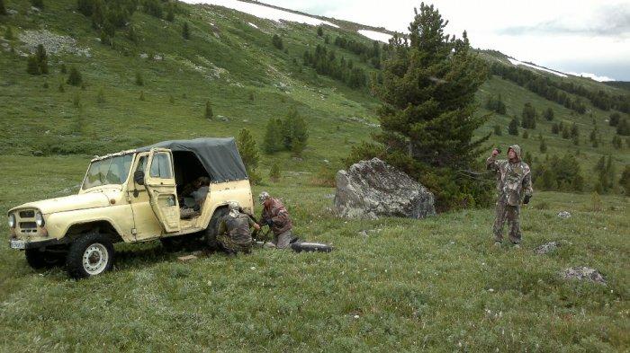 Прокол колеса в горах Алтая