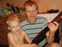 Сынишка осматривает новое оружие)))