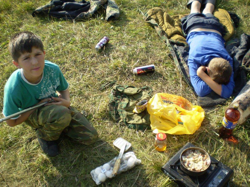 голодные дети ,ждут еды