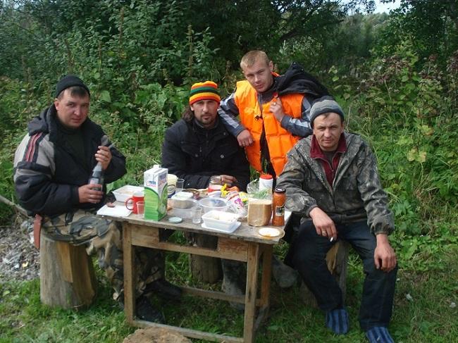 Тайга, обед после рыбалки и охоты.