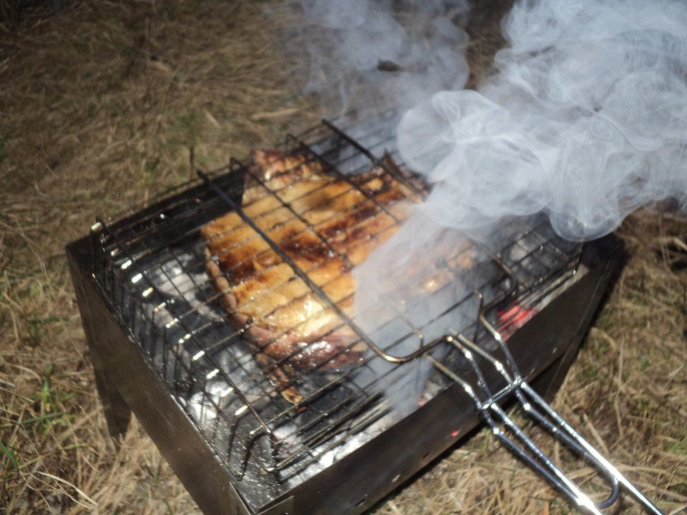 Утка запеченная в сале на углях.