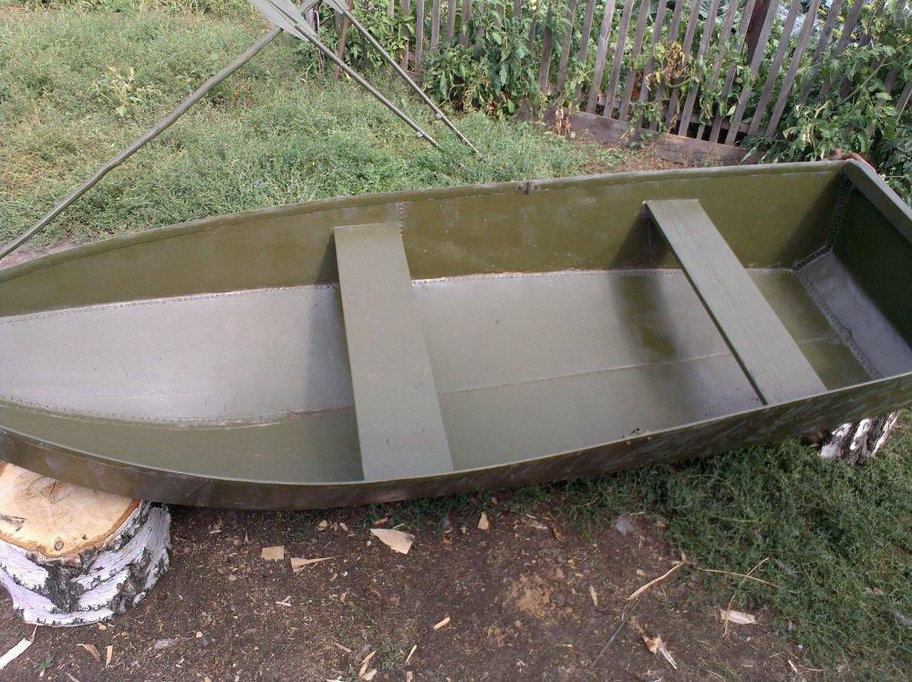 Покраска лодки перед открытием.
