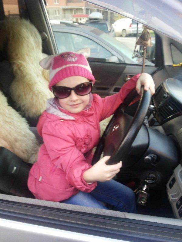 - Папа садись рядом, я поведу автомобиль!!!