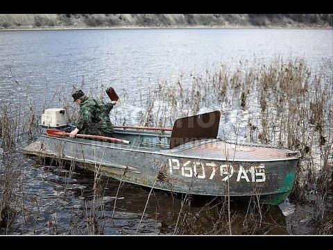 лодку несло вниз по течению