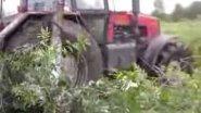 Трактор Беларус 1221 преодолевает грязь