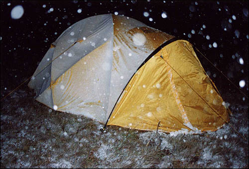 Снег над лагерем валит, гнет палатки в дугу...