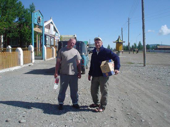 Монгольские алкаши с коробочкой водочки.