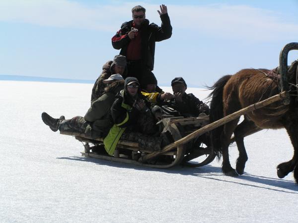 """Группа ковбоев. Фдуч дает монголу визитку - еще одним покупателем больше в """"Клевом""""."""
