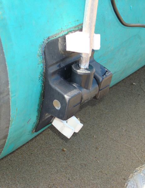 самодельное крепление датчика эхолота на резинку_2 (жесткая фиксация штыря при опущенном и поднятом датчике)