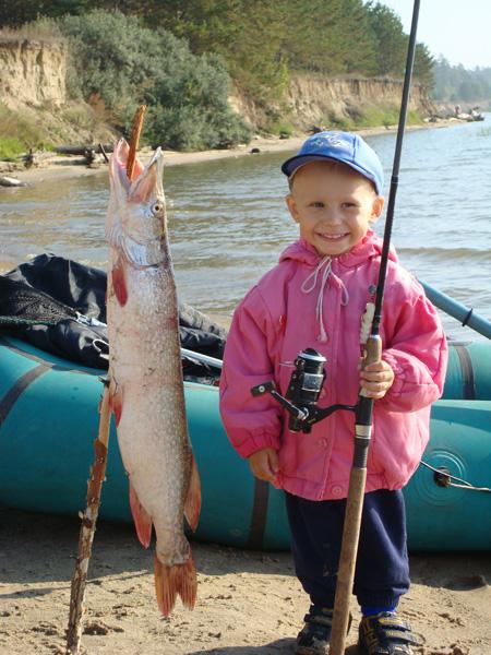 сынишка и щучка на 2,7 кг. Приучаю сына к рыбалке!
