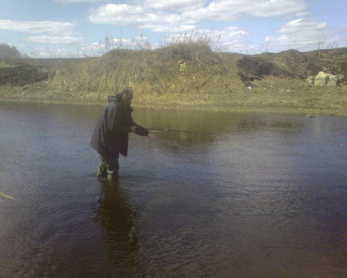 костя рыбалит на поплавок,наживка кусочек твистера