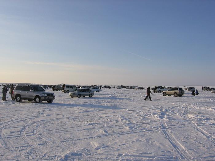 Сколько любителей рыбалки! Присмотритесь вдаль по горизонту.