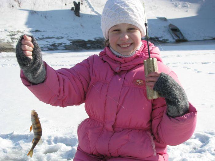 Первая рыбка дочери, самостоятельно выловленная.....зимой!