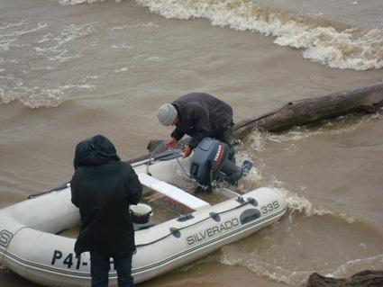 Отпуск на море. Последствия урагана. Полная лодка воды.