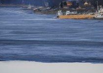 Подъехав к селению Артыбаш, где из Телецкого озера вырывается хладными хрусталями Бия, я ахнул от увиденного. Край льда на озере уже обломился под напором весны и унесся в бийских струях, позади же одинокого рыбака еще стоял лед!