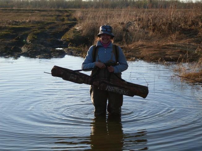 А вот так мы пробираемся на рыбалку, на одну из проток реки Обь.))