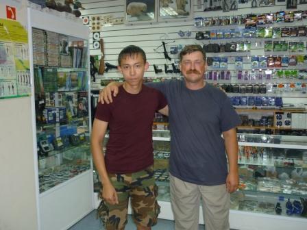 """Я с Юрием Заславским,ведущим телепередач о рыбалке,и разработчиком снастей""""Серебрянный рычей"""" заехал сегодня на работу ко мне в """"Бердский рыболовный дом"""""""