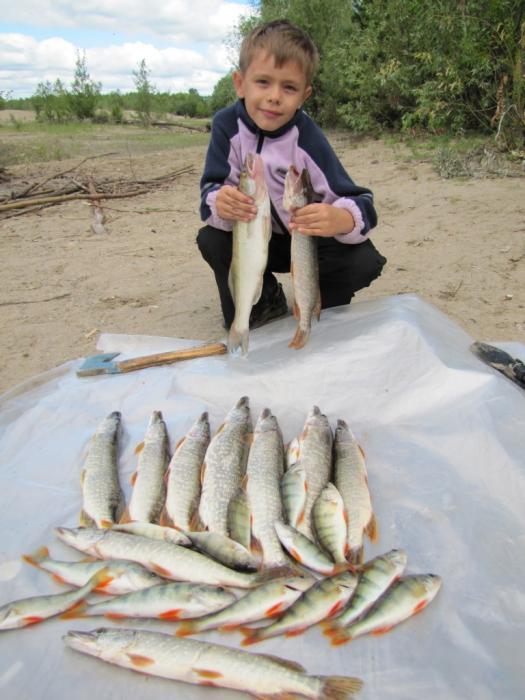 Влад тоже взял свою 1ую щуку, и даже научился правильно держать рыбу :-))