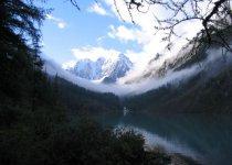 Алтай, август. Н. Шавлинское озеро после легкой метели. На втоке полавливают хариуса.