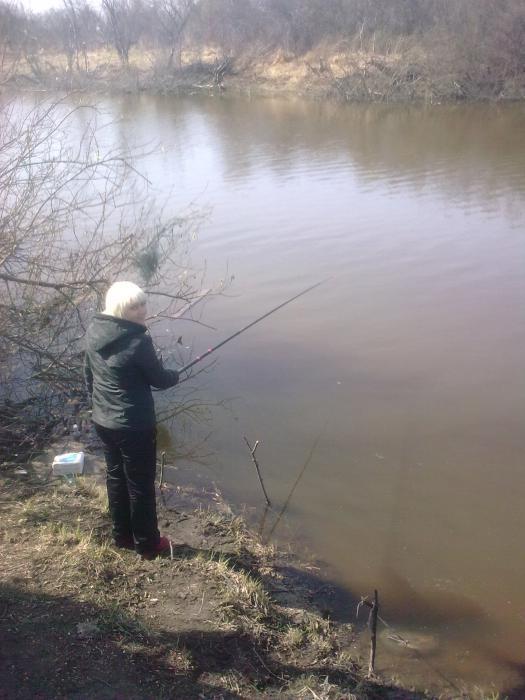 учу жену рыбачить)))