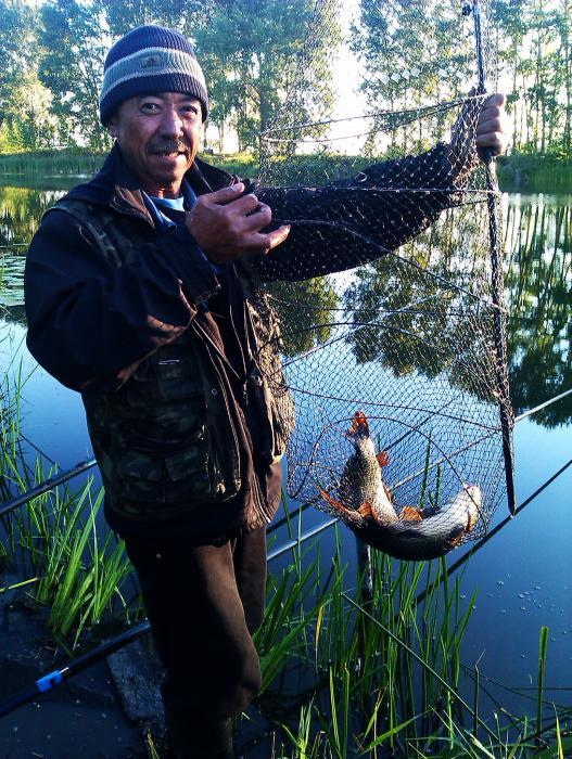 Этому рыбаку пришлось на лодке за удочкой погоняться и испытать на прочность леску