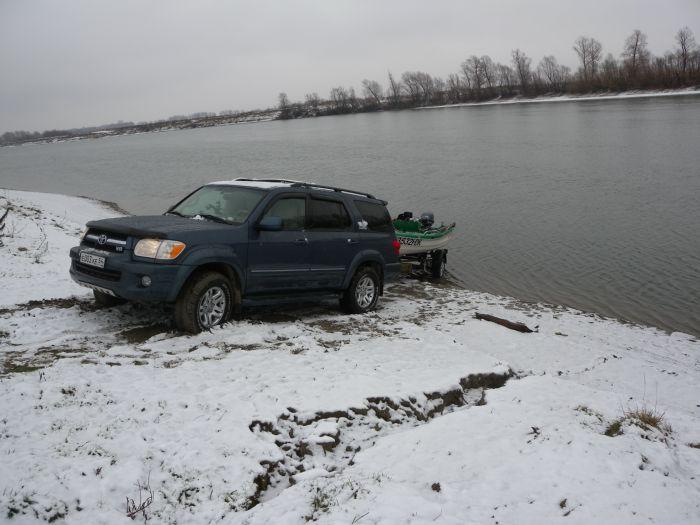 Рыбалка пуще неволи. Не смотря на погоду спускаемся на воду.