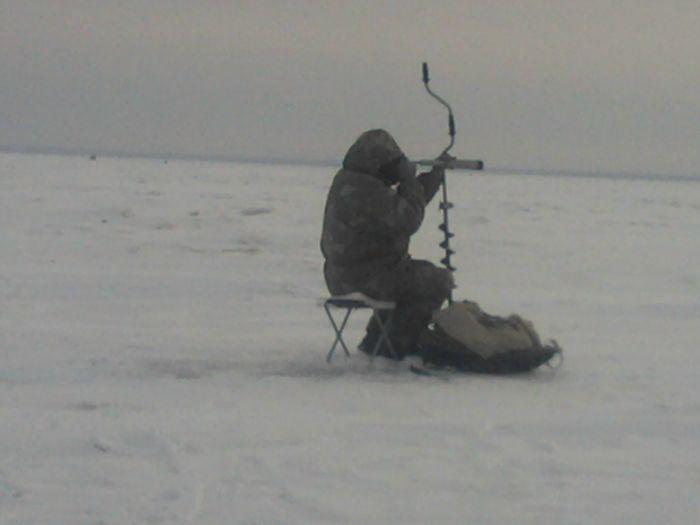 Настоящий рыбак,всегда на чеку(враги не пройдут!!!)