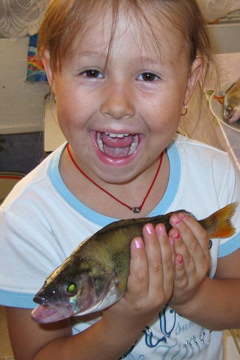 Вернулись с рыбалки - ребенок в восторге (на конкурс)
