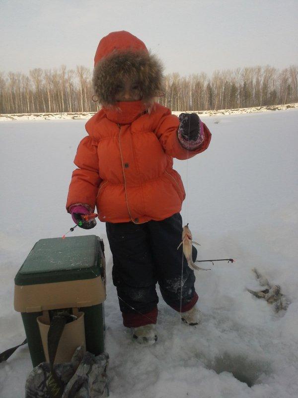 Доча, 4 года ,осваивает ловлю ерша. Конкурс.