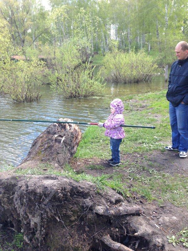 Старшая дочь уже полюбила рыбалку. (На конкурс)