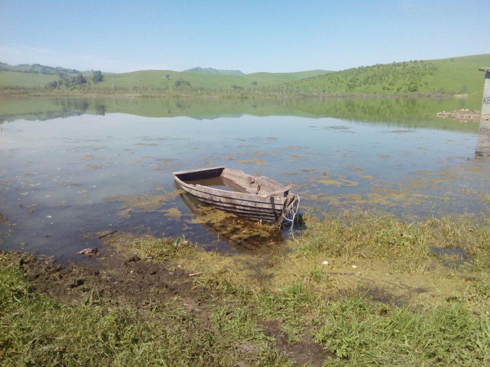 Лодка на горном озере