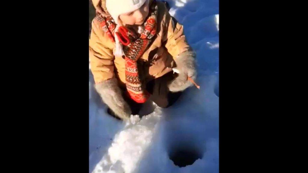 Дочка первый раз на зимней рыбалке