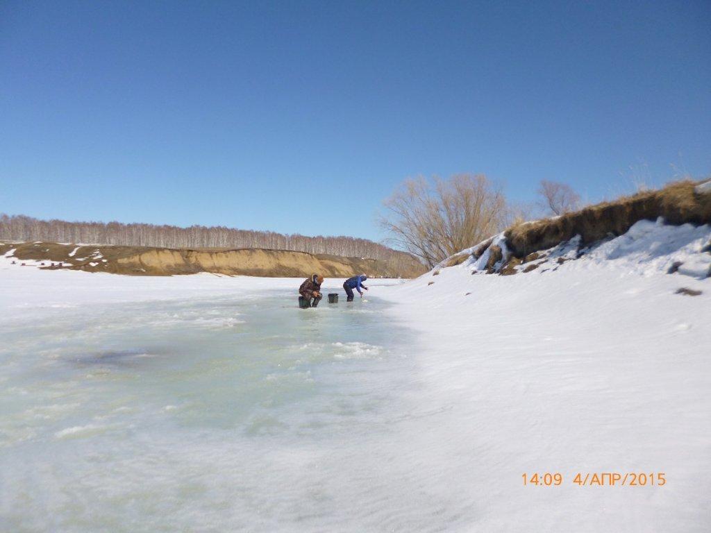 По колено в воде и лёд под рукоятку.