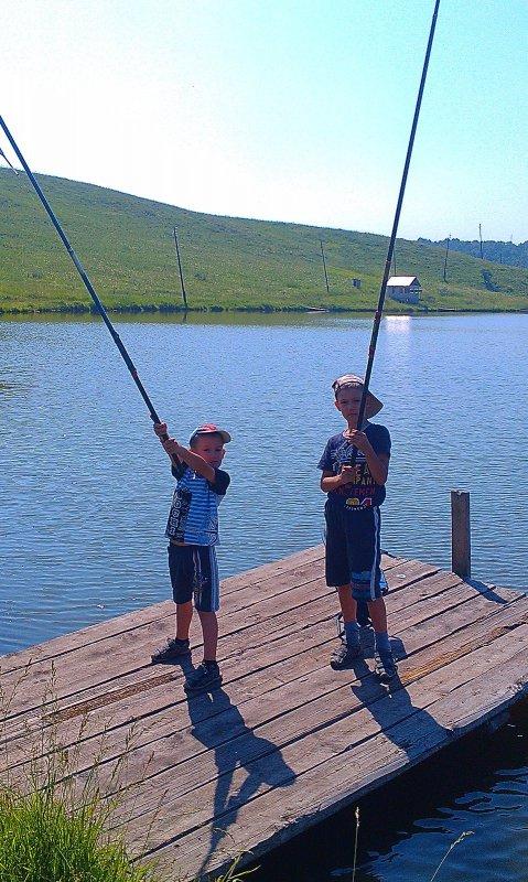 Начинающие рыбаки.