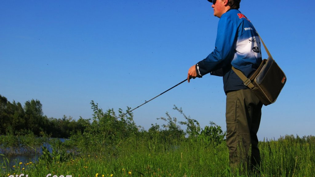 Обзор летнего комплекта брюки + кроссовки для рыбалки.