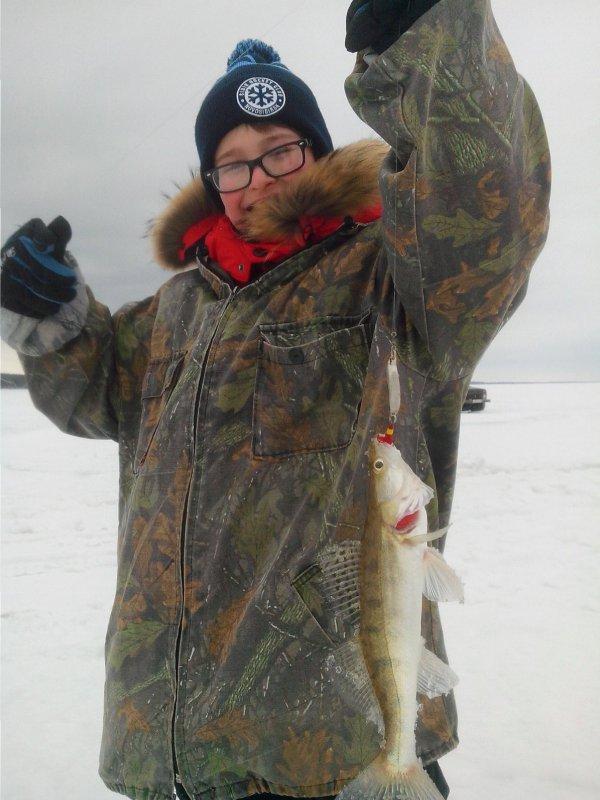 Первый судак на зимней рыбалке