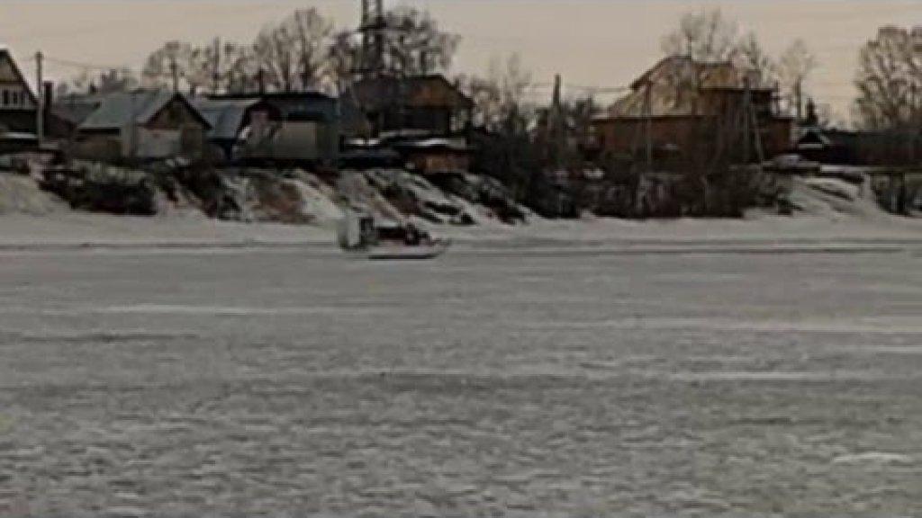 МЧС ломает лед.