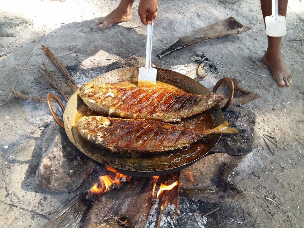 Жарим рыбу в джунглях.