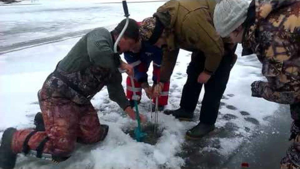 Зимняя Рыбалка 2016. Рыбаки не могут вытащить огромную  Щуку на 20 кг